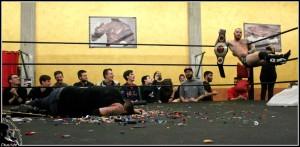 Nella foto, in alto: Mirko Mori esibisce la cintura in mezzo alla devastazione