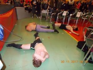 Nella foto, in alto: la devastazione nel match