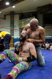 Nella foto, in alto: Gemini tenta lo strangolamento dell'avversario