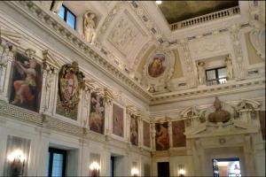 Nella foto, in alto: Splendidi interni di Palazzo Marino