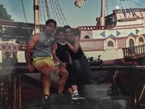 Nella foto, in alto: momenti sereni col fratello Ugo e la futura cognata