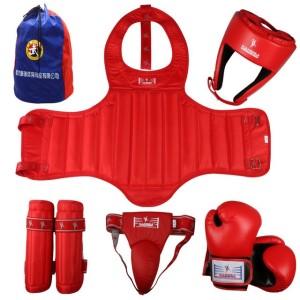 Nella foto, in  alto: protezioni da kickboxing