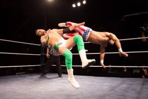 Nella foto, in alto: Mambo Italiano vs Abel Andrew Jackson durante un match