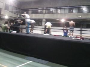 Nella foto, in alto: Tutti indaffarati a montare il ring