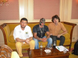 Gli indimenticabili commentatori della TNA: Riccardo Fiorna e Fabrizio Ponciroli, qui ritratti con Ray Mysterio