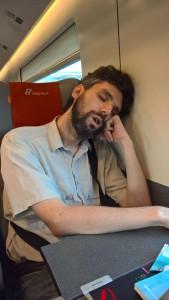 Nella foto, in alto: Per viaggiare così tanto bisogna imparare a dormire dovunque