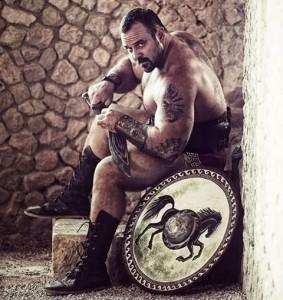 Nella foto, in alto: Emanuele Vaccarini. Attore e maestro di molte arti marziali