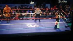 Nella foto, in alto: il nostro Andrea Malalana arbitra il match tra Rey Misteryo e Magnus ad Edimburgo