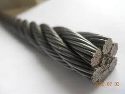Nella foto, in alto: le corde del ring in realtà sono cavi d'acciaio