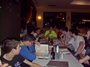 Nella foto, in alto: la bella tavolata di amici