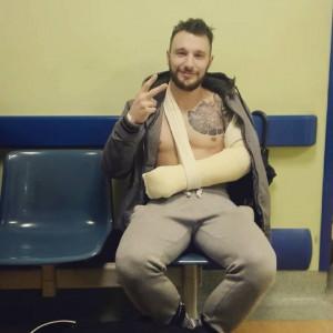 Nella foto, in alto: il povero Mirko con il braccio ingessato