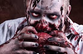 Nella foto, in alto: gli zomb ie si saranno mangiati tra loro?