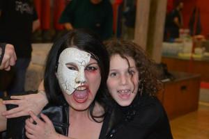 Nella foto, in alto: La bella Insanity con una giovane fan