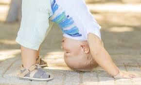 Nella foto, in alto: un bimbo che pratica ile prime fasi yoga
