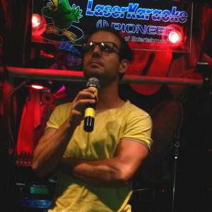 Nella foto, in alto: Giacomo ha anche una bellissima voce! Nel suo locale preferito di Karaoke
