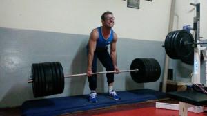 Nella foto, in alto: Giacomo alle prese con 180 chili da sollevare