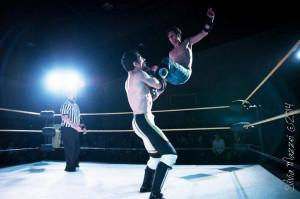 Nella foto, in alto: Tenacious Dalla in un match contro Mr Excellent