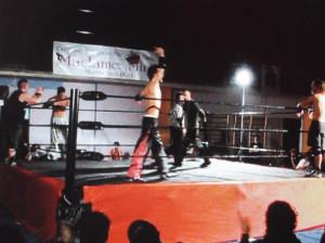 Nella foto, in alto: Tenacious Dalla e i suoi pantaloni neri con le fiamme fucsia