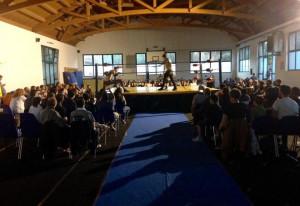 Nella foto, in alto: Il pubblico prende posto...