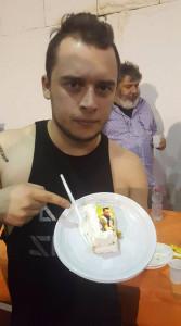 Nella foto, in alto: David Silas che mangia sé stesso