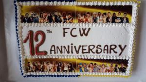 Nella foto, in alto: bella dea vedere, buona da mangiare! La torta gigante dell'anniversario FCW