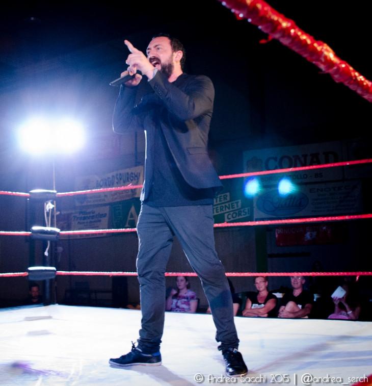 Nella foto, in alto: Kobra in veste di ring announcer