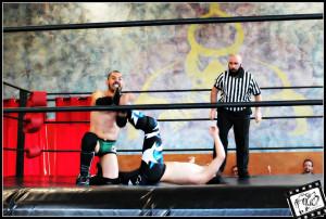 Nella foto, in alto: Kyo Kazama vs Iron Cage