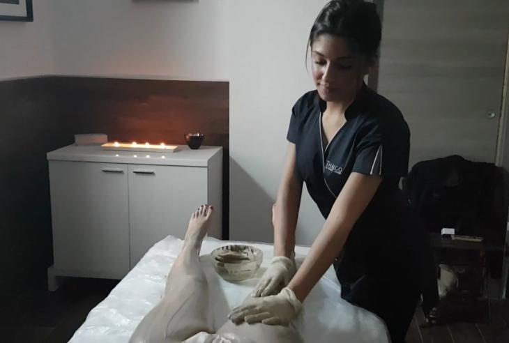 Martina esegue un trattamento spa