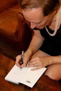 Stefano Ferri firma autografi ai suoi lettori
