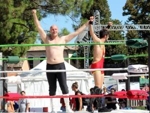 Nella foto, in alto: Mirco sul ring, vittorioso e felice