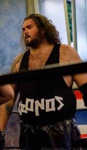 nella foto, in alto: Kronos sul ring