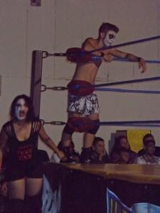 Nella foto, in alto: Larry Demon sta crescendo bene. Lo vediamo nel suo match in team con Paziente Zero e Insanity