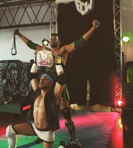 Nella foto, in alto: soltamente in tag team, stasera Steve e Marcio sono avversari
