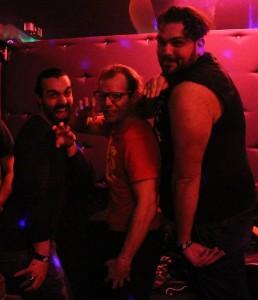 Nella foto, in alto: a fare gli scemi fino al mattino al karaoke