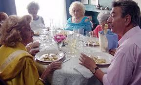 anziani ad una cena sociale