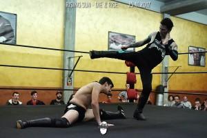 Nella foto,, in alto: Gravity evita i calci degli avversari abbassandosi in una spaccata