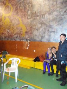 Nella foto, in alto: la parete sfondata