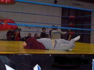 Nella foto, in alto: Cash Crash si rilassa sul ring