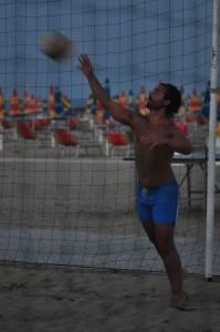 Nella fotgo, in alto: praticando beach volley