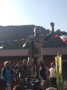 Nella foto, in alto: la statua dedicata a Bruno, a Pizzoferrato