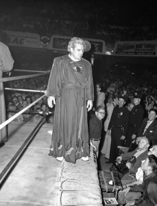 Nella foto, in alto: Gorgeous George fa il suo ingresso sul ring