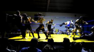 Nella foto, in alto: un'immagine della Battle Royal con tredici uomini sul ring
