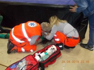Nella foto, in alto: Sami Grayson a terra con i soccorritori