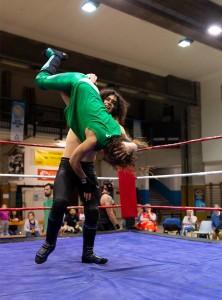 Nella foto, in alto: Botte da orbi nel lum berjack match tra Sami Grayson e Alex Gorgeous