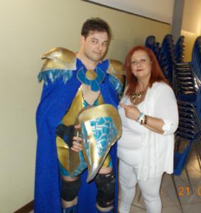 Nella foto, in alto: Il bellissimo costume in stile egizio di Horus, qui con la nostra Erika Corvo