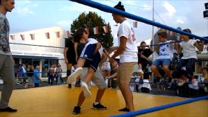 Bambini sul ring provano a caricare una bodyslam sotto lo sguardo attento dei maestri