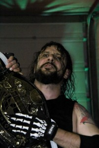 Nella foto, in alto: Psycho Mike solleva la cintura.