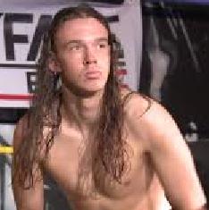 Nella foto, in alto: Connor Mills dai lunghi capelli
