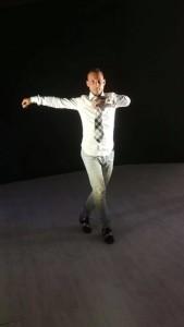 Nella foto, in alto: la vera passione di Manuel è la danza caraibica. Qui esegue una figura di danza.