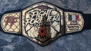Nella foto, in alto: Eron Sky è il primo detentore della cintura ICW Fight Forever